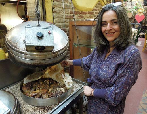 Maria Sotou serviert in ihrer Taverne Klimataria traditionelle Gerichte - hier am Gartopf mit Lammfleisch. Foto: Christoph Schumann, 2020