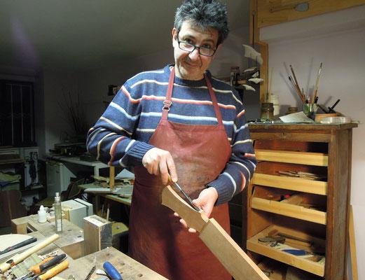 nstrumentenbauer Giannis Papadopoulos arbeitet in seiner Werkstatt an einer Gitarre. Foto: Christoph Schumann, 2020