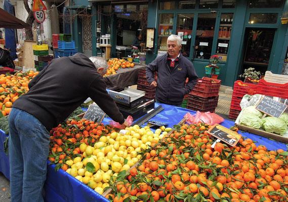 Bunte Vielfalt auf dem Wochenmarkt in Pangrati. Foto: Christoph Schumann, 2020