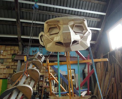 Vorarbeit zu einem Riesentroll im Atelier von Thomas Dambo in Kopenhagen. Foto: Christoph Schumann, 2020