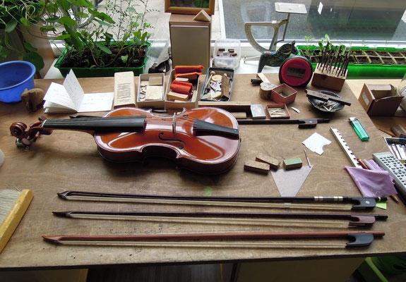 Handgefertigte Bögen von Ina Keller auf ihrem Arbeitstisch. Foto: Christoph Schumann