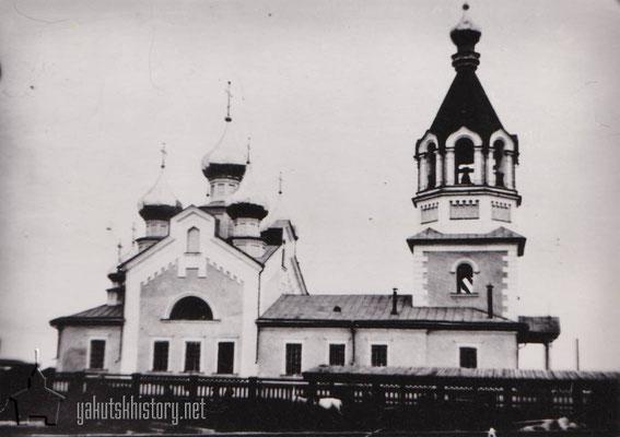 Преображенская церковь на берегу реки Лены у продуктового рынка. В 1930-х годах башни разобрали, в здании организовали Дом обороны, спортзал. В 60-70-х гг. - детская библиотека.