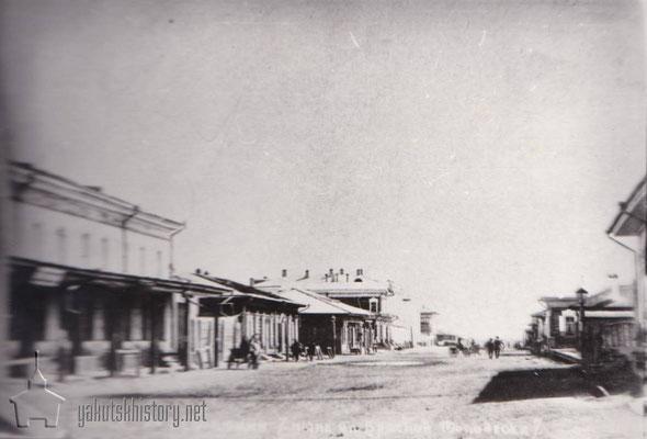 Ул.Клубная (ныне М.Аммосова). В каменном здании налево в 1909 году находилась жестяно-слесарная мастерская отца на артельных началах.