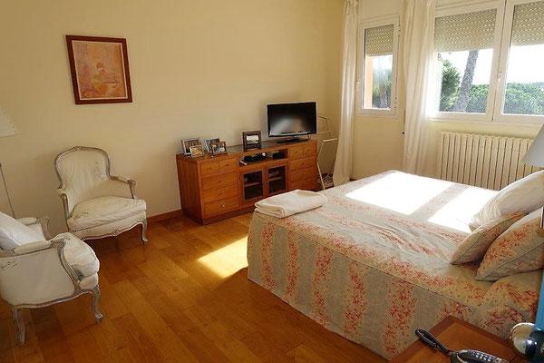 Имеет 4 двойных спальных комнат, 3 ванные, 1 спальню для гостей со своей ванной