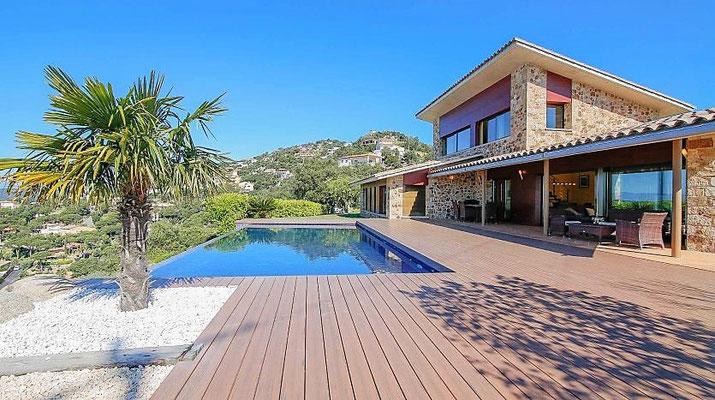 Дом имеет 300 м2, построенный с материалами высокого качества и находится в городе Санта Кристина де Аро