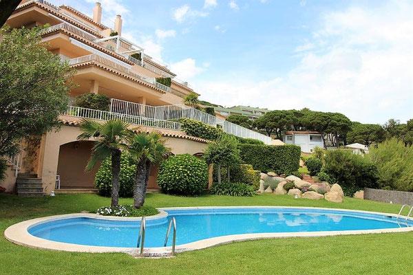 Находится в жилом комплексе  со своим бассейном и садом