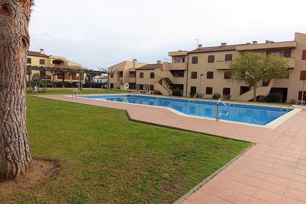 Жилой комплекс имеет сад и бассейн