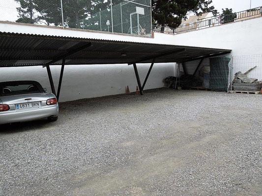 Имеет 2 спальни, террасу (12 м2), кухню, зал с камином, коммунальный сад со своим бассейном и теннисным кортом