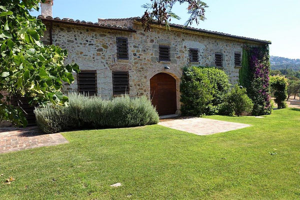 Усадьба сделанная в Каталонском стиле, расположена в 8 км от моря