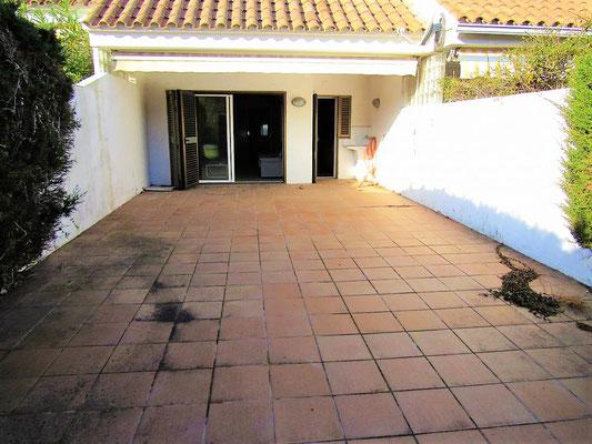 Апартамент в Плайя де Аро с просторным залом с выходом на свой участок (площадь участка 50м2)