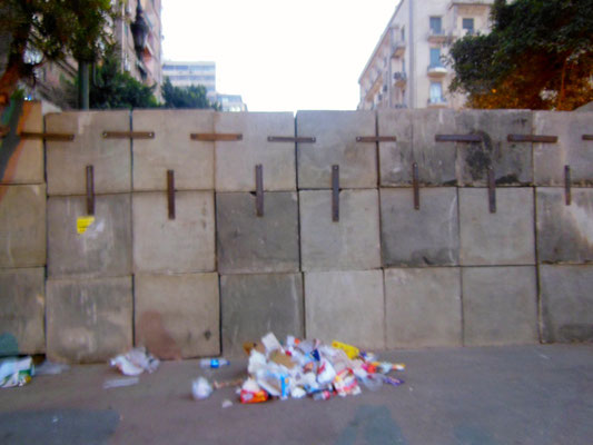 広場に向かう大通りは壁で封鎖されていた
