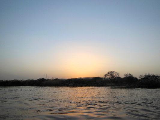 ボートでナイル川をゆっくり進む
