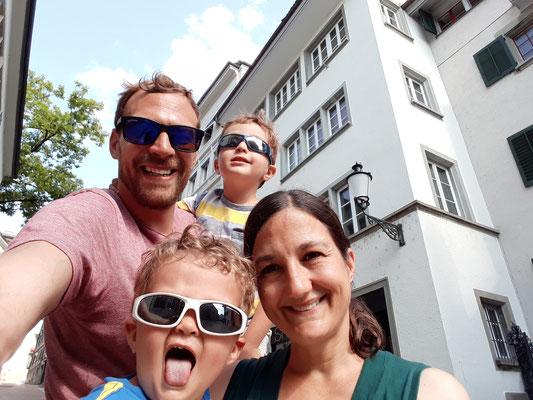 Familienportrait in der Kirchgasse, Zürich