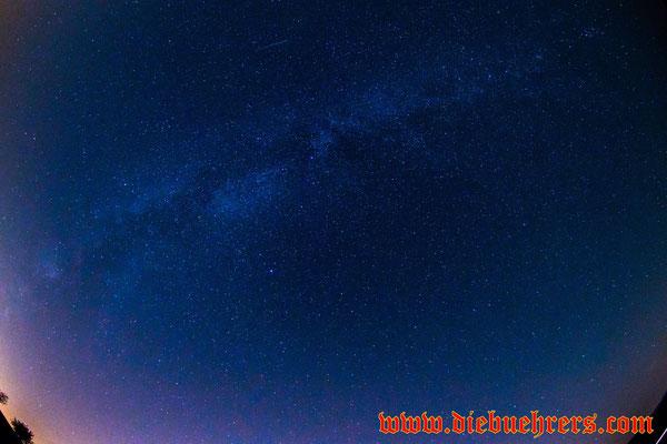 Am oberen Bildrand eine Sternschnuppe