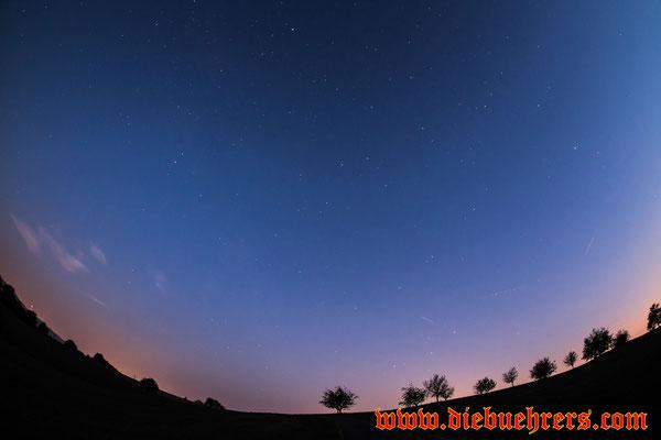 kleine Sternschnuppe über den Bäumen, weiter Rechts im Bild 2 Flugzeuge