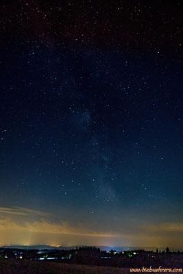 2 schwache Sternschnuppen im unteren Drittel