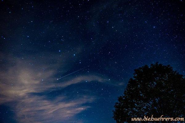lange Sternschnuppe nahezu mittig