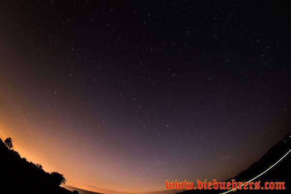 Einfach nur der Nachthimmel, links im Bild ein Flugzeug