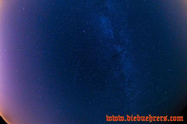In der Mitte des Bildes.... nein keine Sternschnuppe... ein Satellit und weiter rechts ein Flugzeug