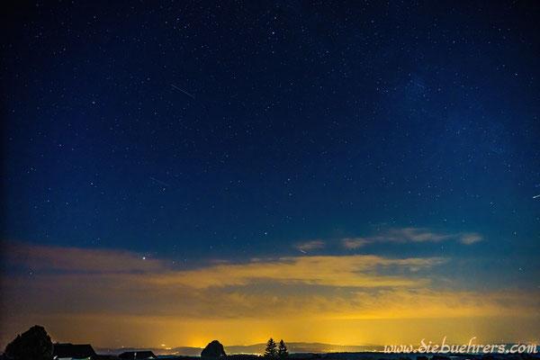 Sternschnuppe im oberen linken Bereich und am rechten Rand genau mittig fliegt noch eine schöne rein