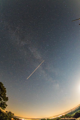 Flugzeug kreuzt die Milchstraße