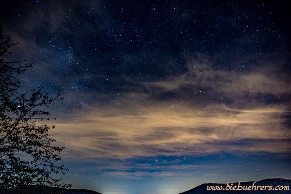 Milchstrasse im oberen Bereich über den Wolken sichtbar