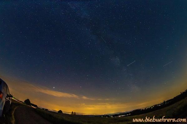 Sternschnuppe innerhalb der Milchstraße (die anderen zwei Linien sind Flugzeuge)