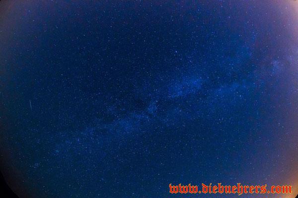 Mitte links eine Sternschnuppe