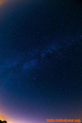 In der Bildmitte, innerhalb der Michstraße, eine Sternschnuppe