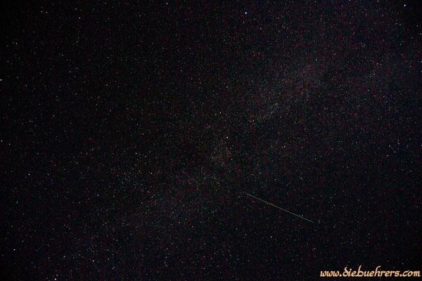 Nachthimmel mit Milchstraße und vermutlich einem Satelliten (da keine Blinlichter zu sehen sind)