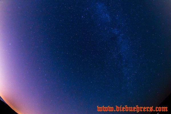 Rechts ein kleiner Strich in der Milchstraße eine kleine Sternschnuppe