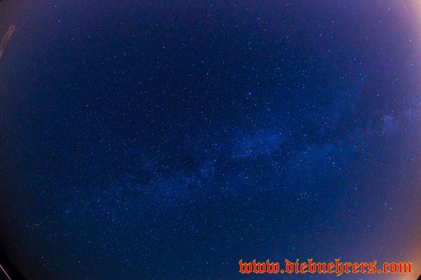 in der Milchstraße, etwas rechts eine Sternschnuppe