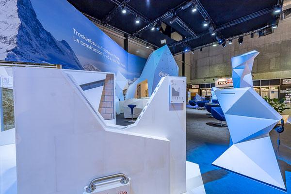 Messestand Erlebnis 3D Projektion Bergsteigen Architektur Dekoration Design Grafik Live Kommunikation Rigips Möbel