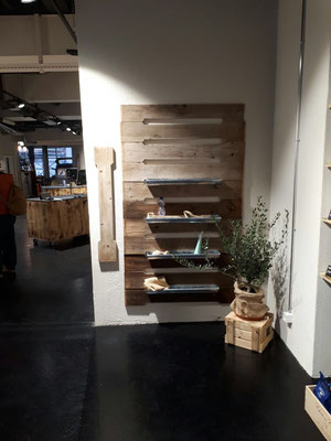 Umbau Ladenbau Architektur Einrichtung Dekoration Regal aus Altholz