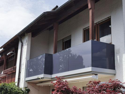Balkongeländer - Balkonsanierung - Glas mit farbiger Folie, blickdicht - © Glaserei Allgäuer
