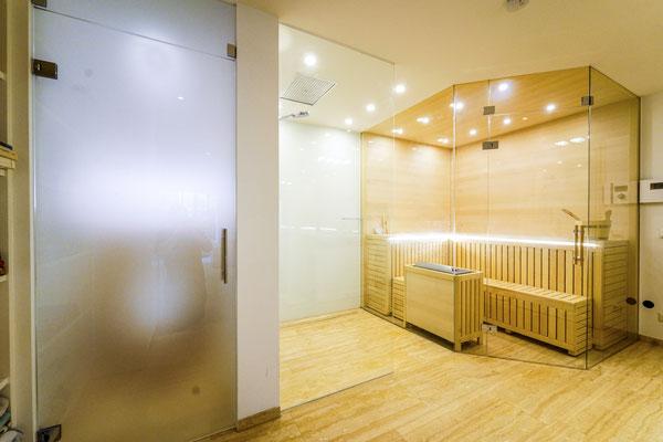 Dusche, Glastüre u. Saunaverglasung - © Glaserei Allgäuer