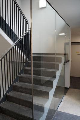 Glasgeländer - Glasabtrennung - Treppenverglasung - Treppenhausverglasung - © Glaserei Allgäuer