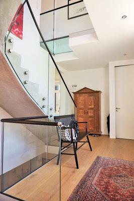 Glasgeländer individuell - Punkthalter - Holzhandlauf - © Glaserei Allgäuer