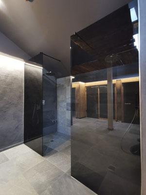 Walk-In Dusche - Parsol grau - schwarze Glasbeschläge © Glaserei Allgäuer