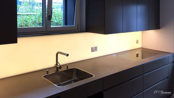 Beleuchtete Glasrückwand - Küchenrückwand mit Steckdosen - © LEDscreen®