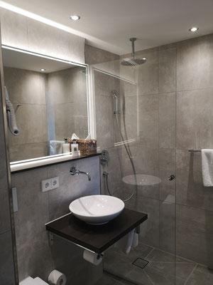 Glasdusche und Spiegel - LED Spiegel - © Glaserei Allgäuer