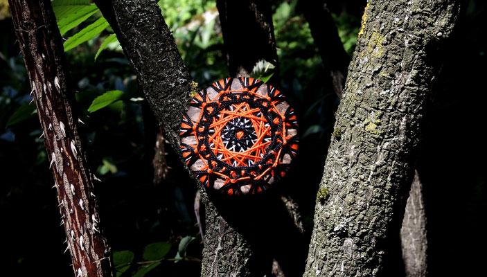 Zwirnknopf-Anhänger oder Brosche | Ø 50 mm | Material: Baumwolle, Kokosnussschale