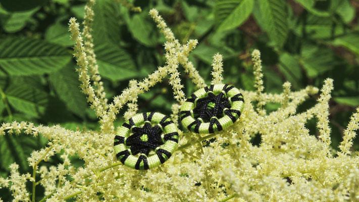 Paar Zwirnknopf-Ohrringe | Ø 20 mm | Material: Baumwolle, Aluminium, Klappbrisur silberfarben
