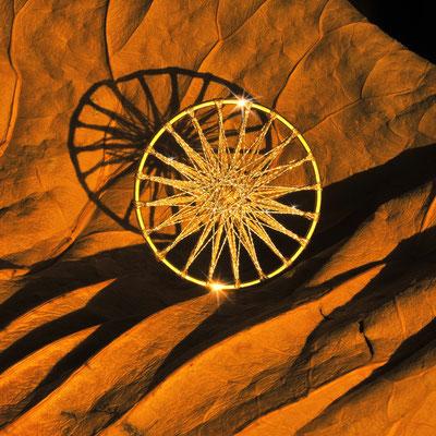 Zwirnknopf-Anhänger | Ø 50 mm | Material: Metallisiertes Gold- und Silbergarn, galvanisiertes Metall