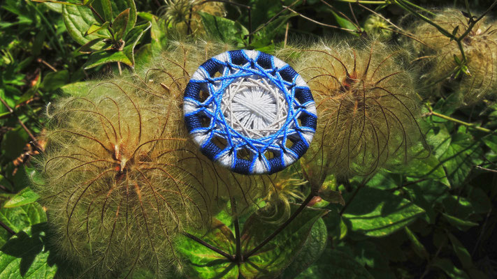Zwirnknopf-Anhänger, Brosche oder Fingerring | Ø 36 mm | Material: Baumwolle, Aluminium