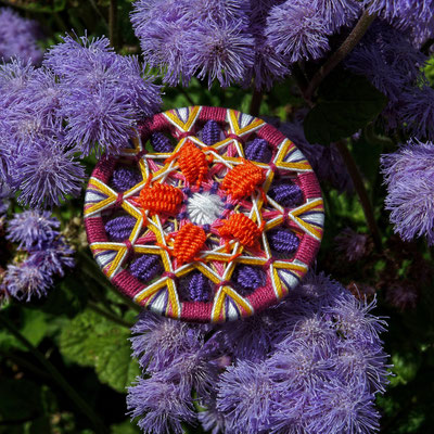 Zwirnknopf-Anhänger mit gewebten Blütenblättern   Ø 52 mm   Material: Baumwolle, Aluminium