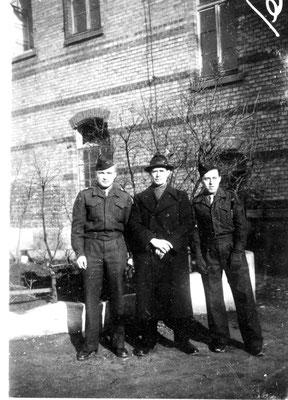 René à droite de la photo