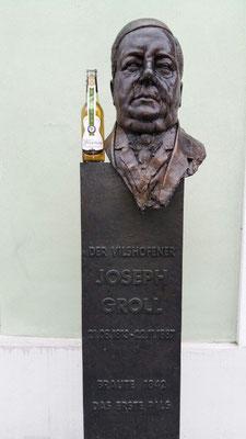 Extra Platz für unser VILSENer PILSENer neben Groll's Statue schon vorgesehen