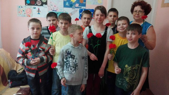 Фото на память в конце мастер – класса группы №2 объединения «Умельцы» с результатом своего труда.