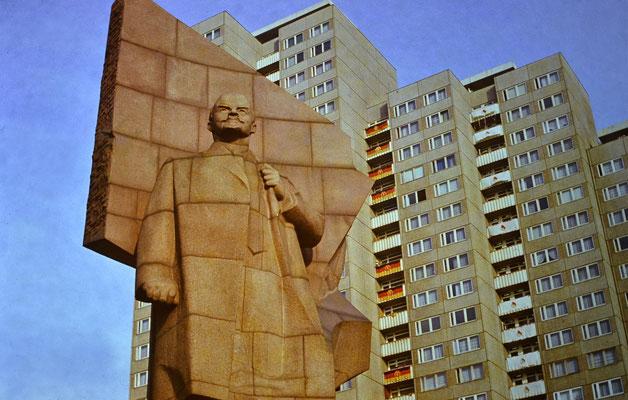 Lenin mit Fahnenschmuck in Friedrichshain